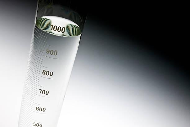 messen glaskolben - messzylinder stock-fotos und bilder