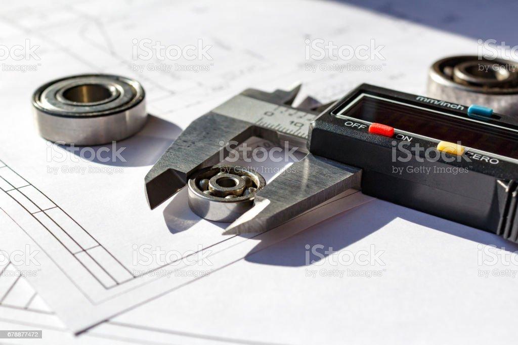 Mesurer le diamètre extérieur du roulement à bille par un pied à coulisse numérique photo libre de droits