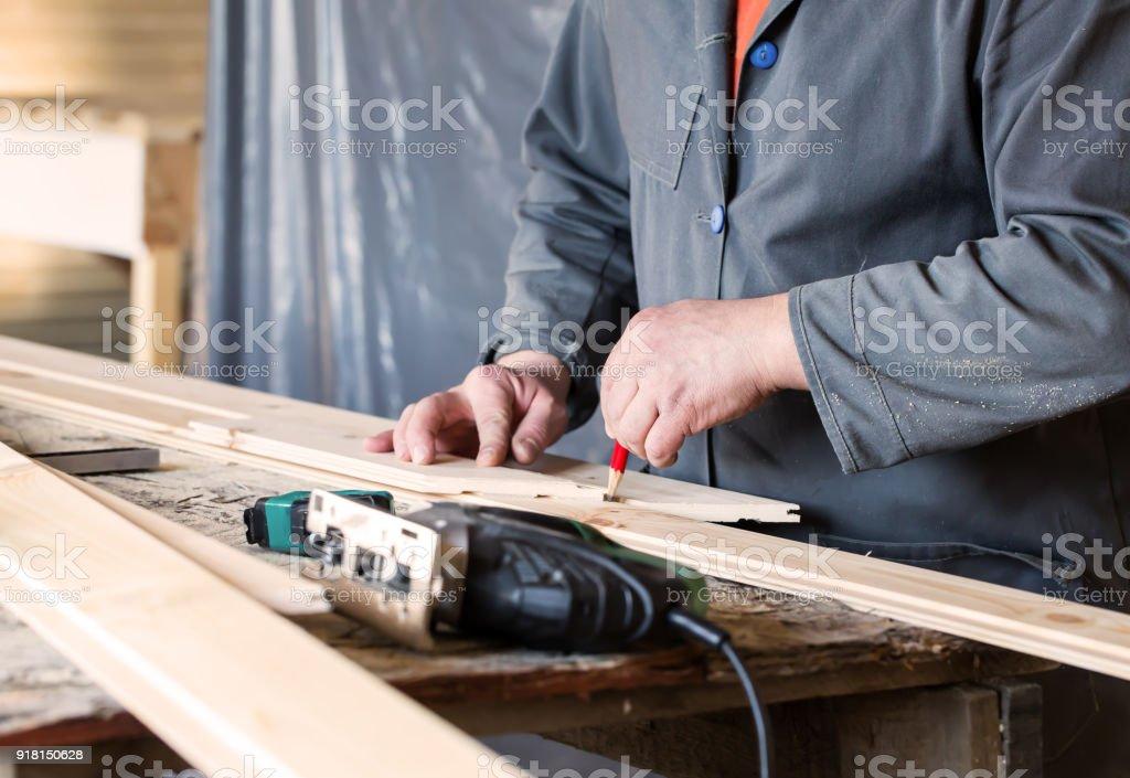 Mesure de fente en bois et panneaux de clé et le dessin avec crayon - Photo