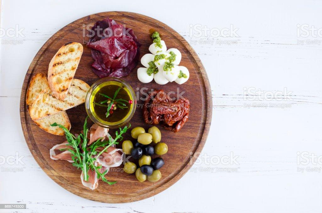 Vlees en kaas plaat antipasti snack foto