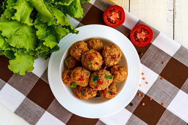 meat balls with chilli and herbs in a white bowl. - mariniertes tofu stock-fotos und bilder