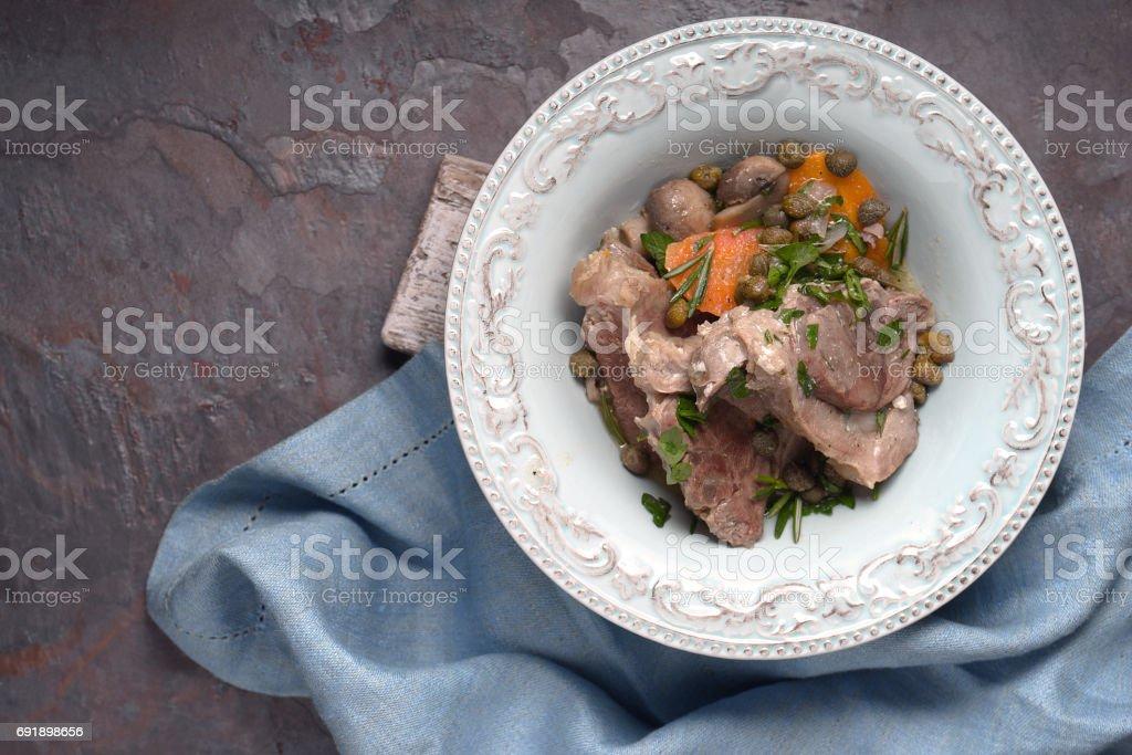 Blanquette de viande dans le plat en céramique sur fond de Pierre - Photo
