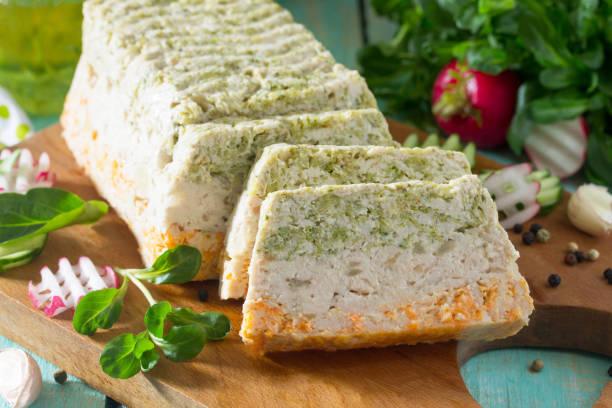 fleisch-torte mit hackfleisch, brokkoli und karotten auf einem holztisch küche mit frischem gemüse gemacht. das konzept einer gesunden ernährung. - gemüseauflauf mit hackfleisch stock-fotos und bilder