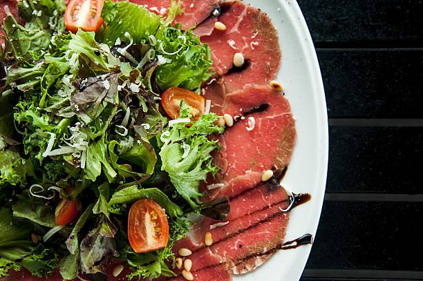 fleisch-carpaccio - carpaccio salat stock-fotos und bilder