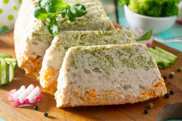 fleisch-auflauf mit hackfleisch, brokkoli und karotten auf dem küchentisch mit frischem gemüse. das konzept einer gesunden ernährung. - gemüseauflauf mit hackfleisch stock-fotos und bilder