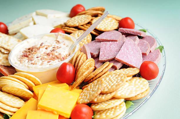 fleisch, käse und cracker &-sortiment - wurst käse dips stock-fotos und bilder