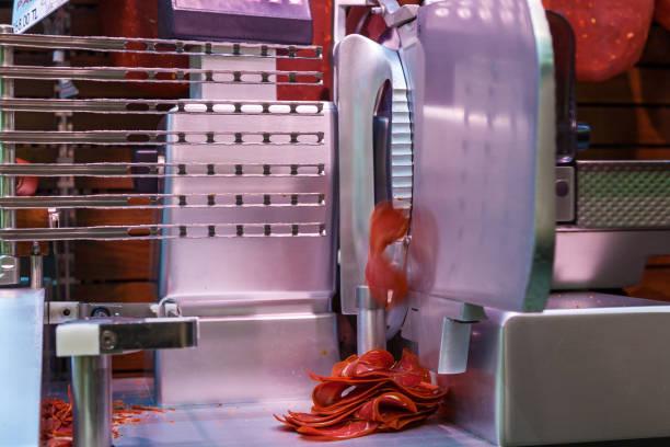 vlees snijmachine - kabelspek stockfoto's en -beelden