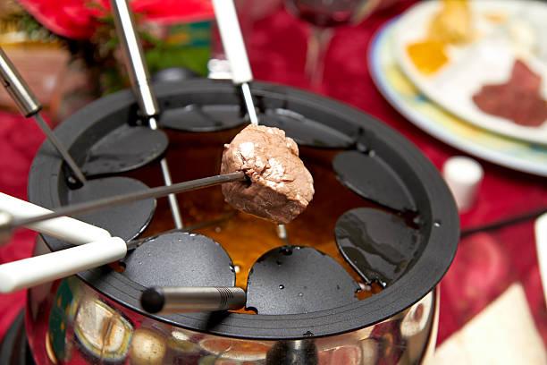 fleisch-fondue - fondue stock-fotos und bilder