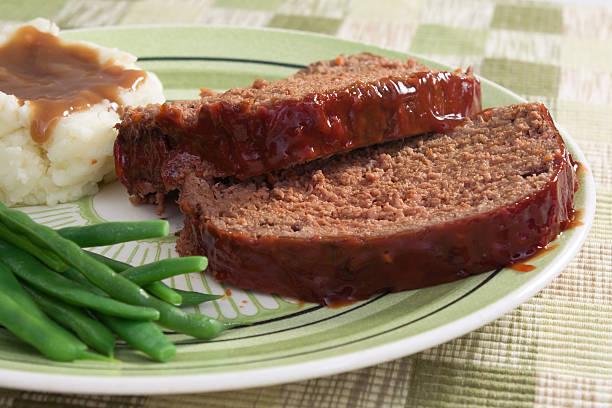 meat loaf für abendessen - hackfleischbraten stock-fotos und bilder