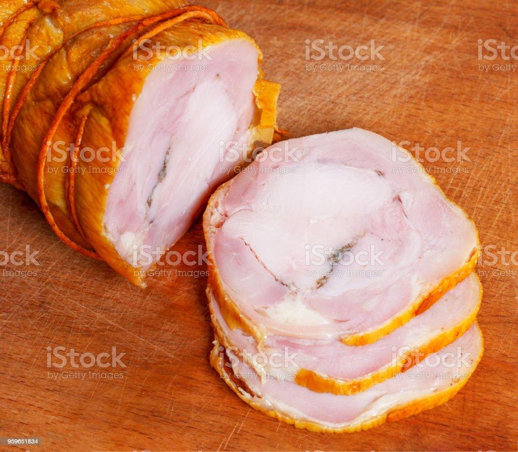 pan de carne de pollo y cerdo con las rebanadas de ajo picado en un closeup de la tablero de corte madera - Foto de stock de Ajo libre de derechos