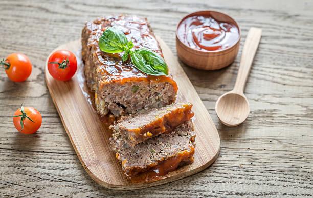 meat loaf mit barbecue-sauce auf der holz-board - hackfleischbraten stock-fotos und bilder