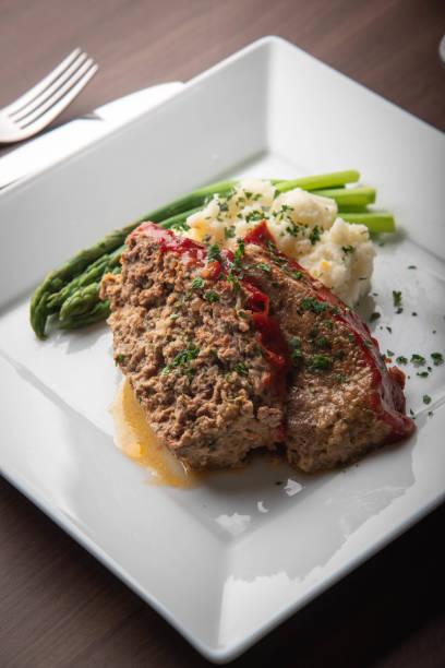 fleischbrot mit kartoffelpüree und spargel - hackfleischbraten stock-fotos und bilder
