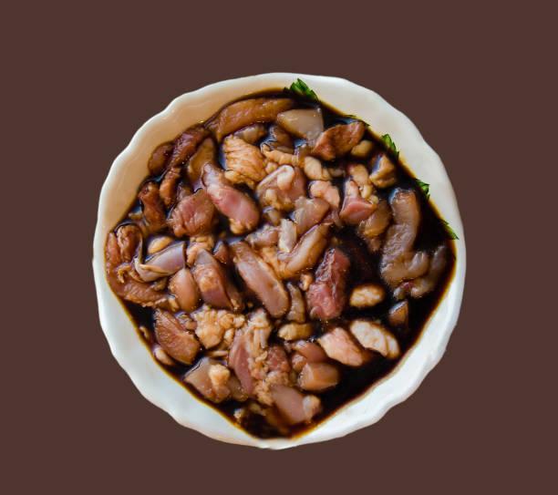 Marinade de la viande sur un fond marron - Photo