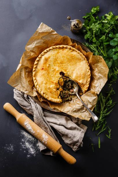 torta de carne com ervas - torta salgada - fotografias e filmes do acervo