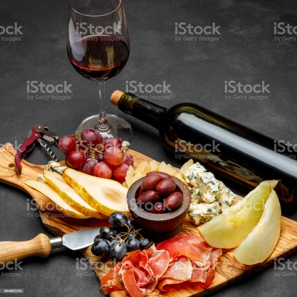 Fleisch-Teller Antipasti Snack - Schinken, Käse, Melone, Trauben, Oliven – Foto