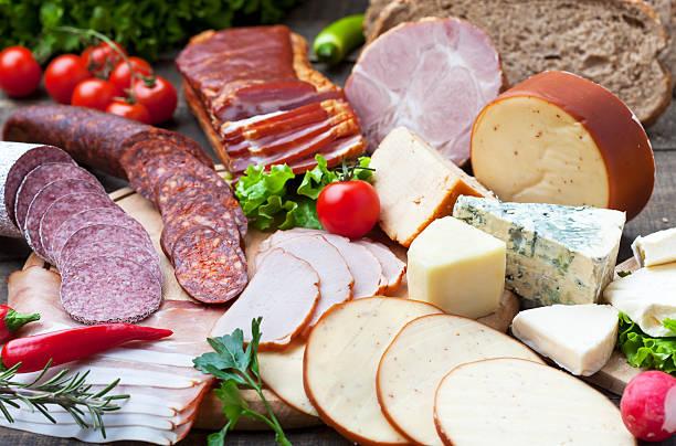 fleisch und käse produkte - käse wurst salat stock-fotos und bilder