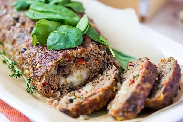 fleisch roll, hackbraten, hackfleisch mit gemüse, oliven - hackfleischbraten stock-fotos und bilder
