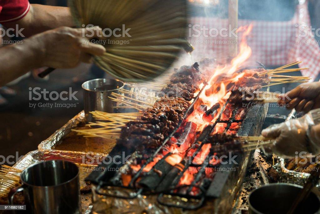 Fleischspieße Kochen auf heißen Kohlen in Singapurs Satay Straßenmarkt Essen – Foto