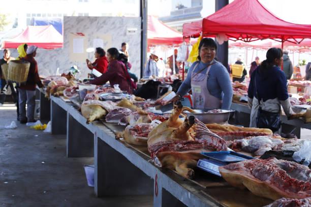 Fleischstände auf dem Shaxi-Markt in Yunnan, China – Foto