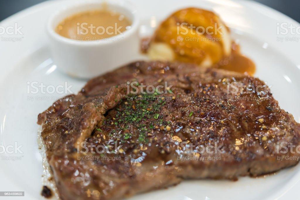 Steak de viande (steak de bœuf ou de porc) et purée de pomme de terre - Photo de Aliment libre de droits
