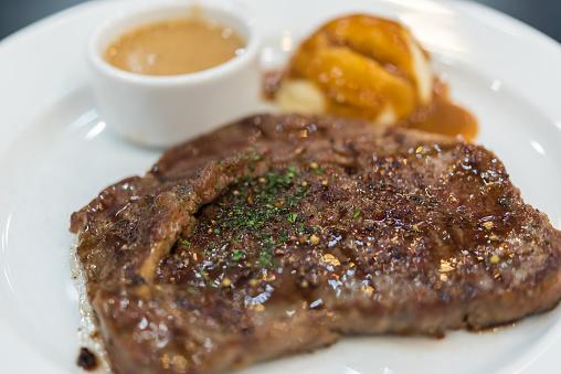 Photo libre de droit de Steak De Viande Et Purée De Pomme De Terre banque d'images et plus d'images libres de droit de {top keyword}