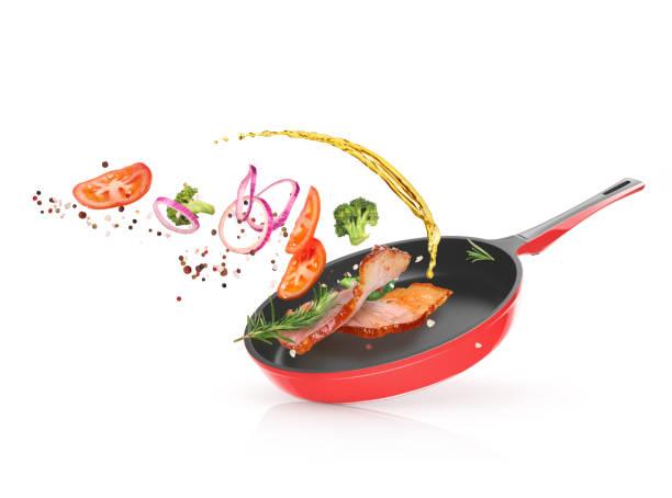 Viande avec légumes dans une poêle à frire - Photo