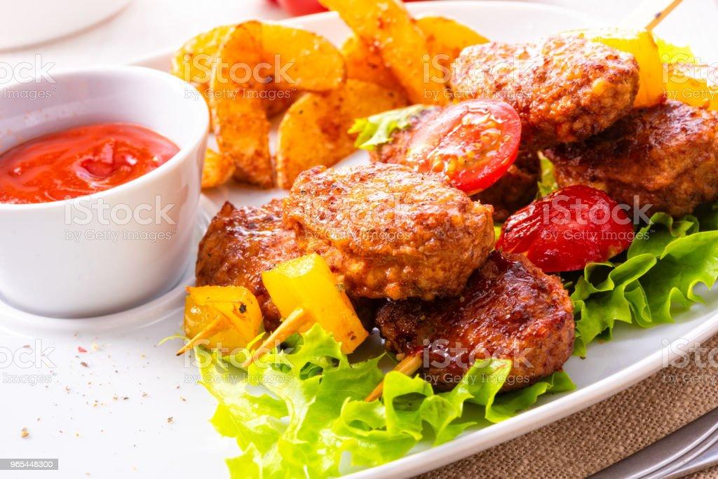 토마토, 파프리카와 구운된 감자 분기의 미트볼 꼬치 - 로열티 프리 0명 스톡 사진