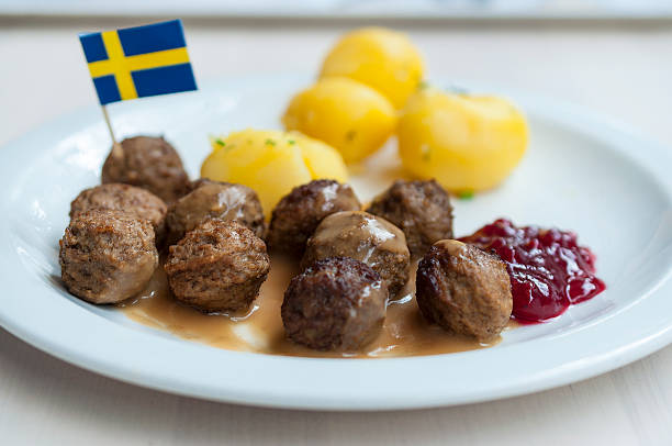 meatballs with boiled potatoes and sweet red sauce - schwedische möbel stock-fotos und bilder