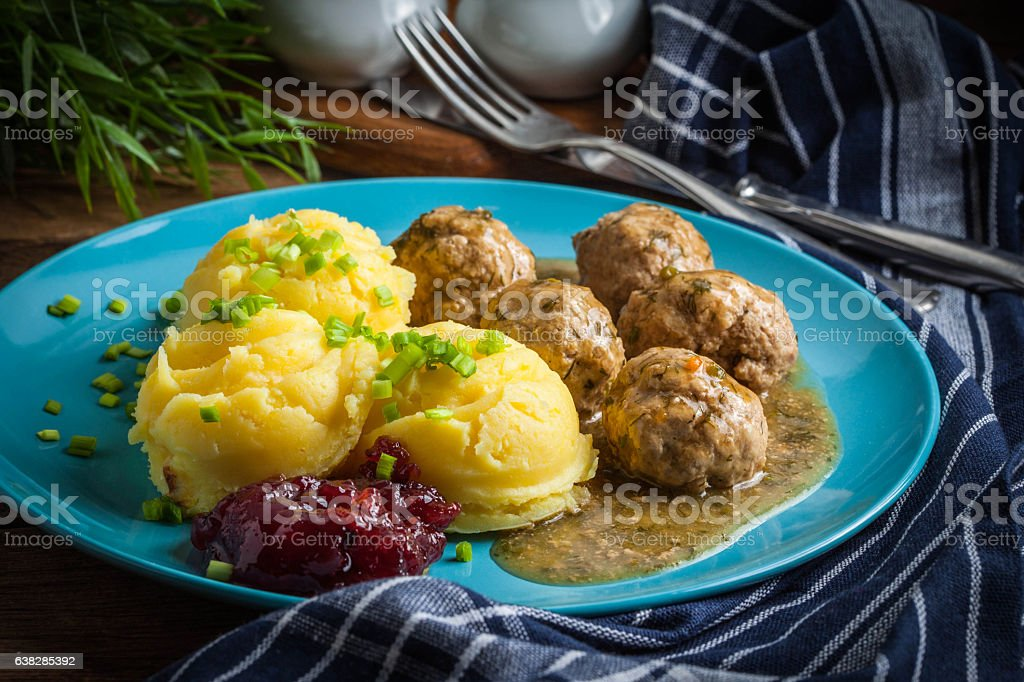 Meatballs with potatoes in dill sauce. – Foto