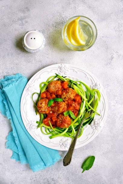 fleischbällchen mit zucchini nudeln - paleo kuchen stock-fotos und bilder