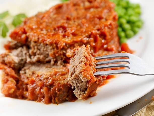 hackbraten gebacken in tomaten-sauce - hackfleischbraten stock-fotos und bilder