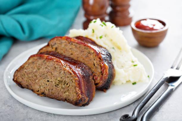 hackbraten mit kartoffelbrei - hackfleischbraten stock-fotos und bilder