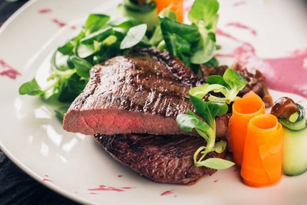 fleisch-sirloin steak vom grill - steak anbraten stock-fotos und bilder