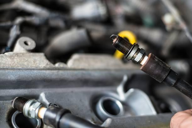 Mechaniker wechselnden kaputtes Auto Zündkerzen. – Foto