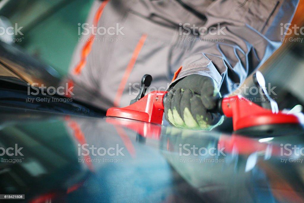 Mechanic changing glass. – zdjęcie