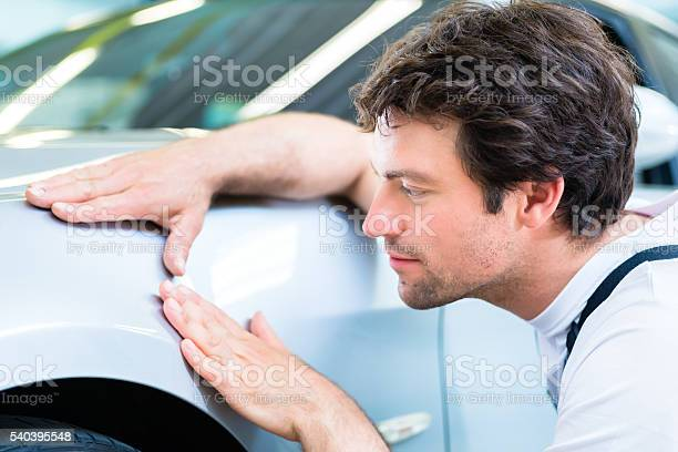 Mechaniker Kontrolle Lack Im Autowerkstatt Stockfoto und mehr Bilder von Arbeiten