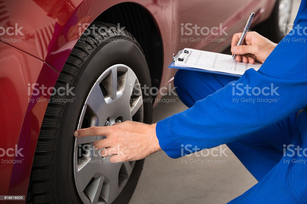 Mechanic Examining Car Wheel – Foto