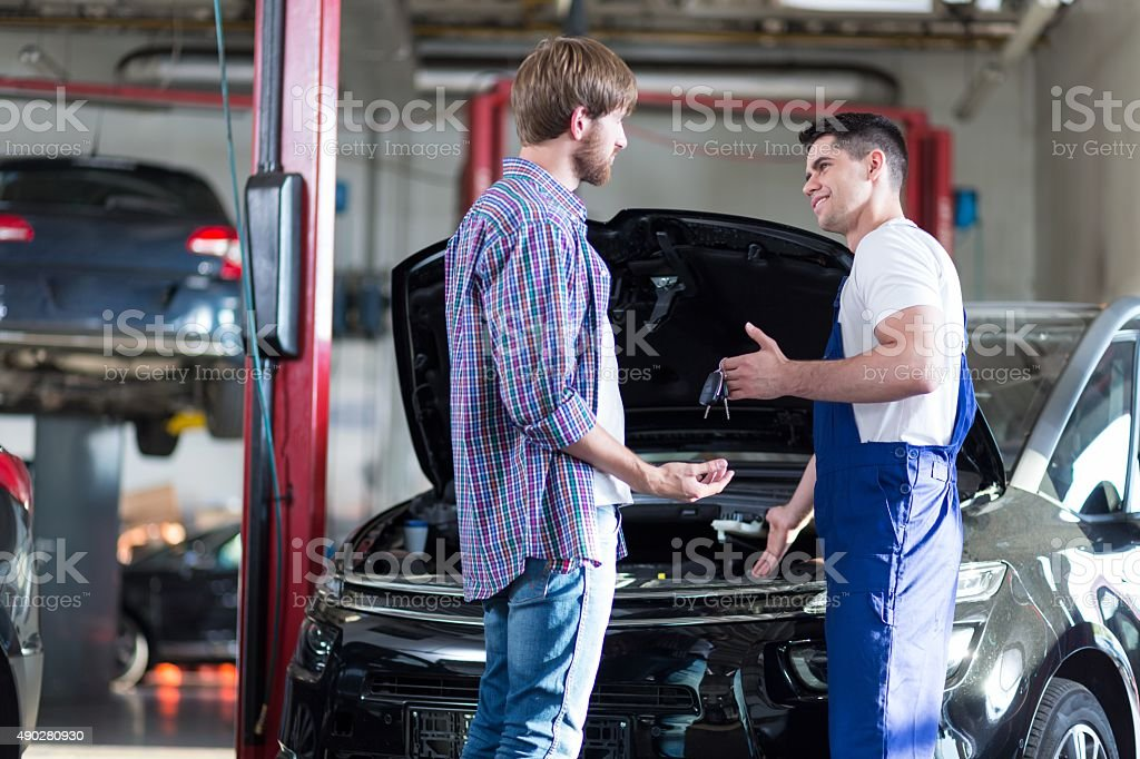 Mechanic giving client keys​​​ foto
