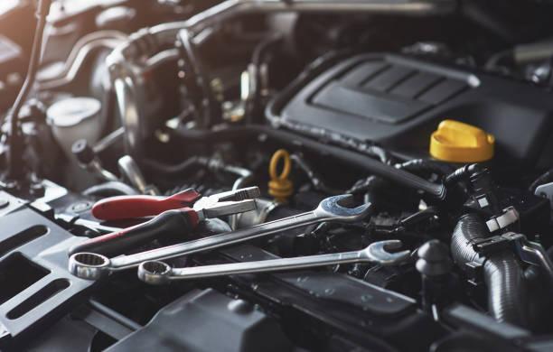Mechanische Hand überprüfen und beheben ein kaputtes Auto in Auto-Werkstatt – Foto