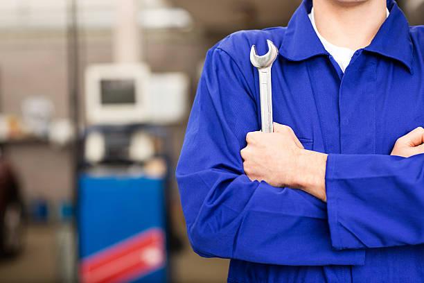 Mechaniker hält Schraubenschlüssel – Foto