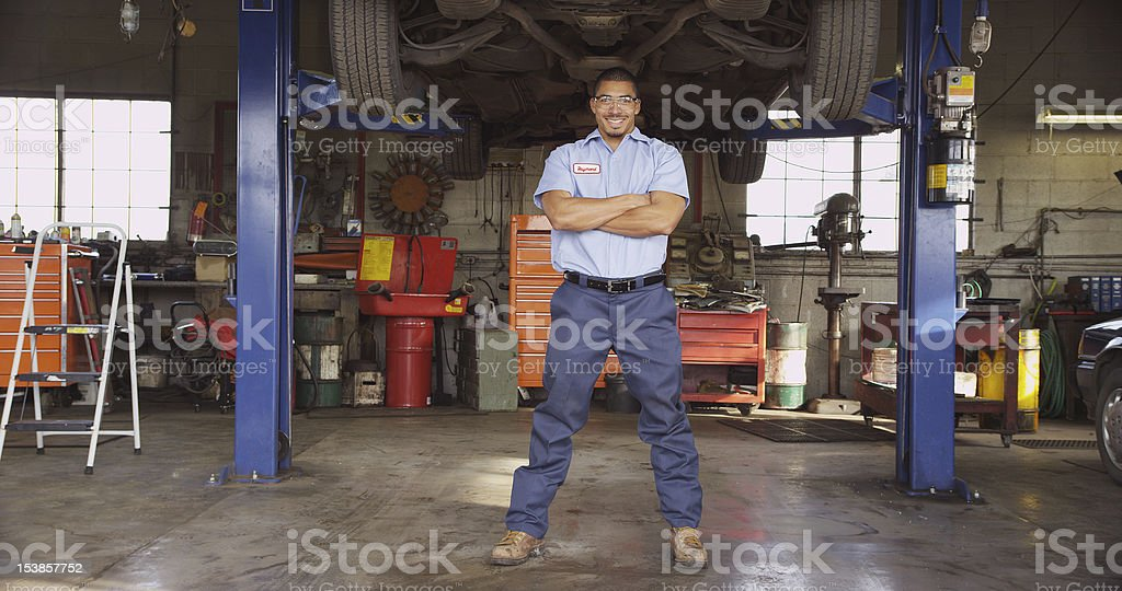 A mechanic in a large repair shop​​​ foto