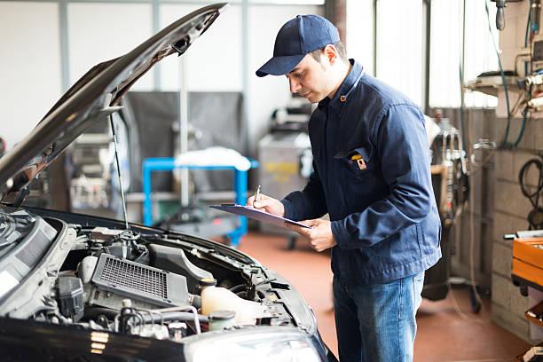 Mechaniker bei der Arbeit in der garage – Foto