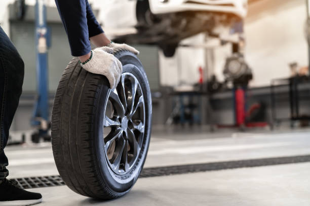 mechanic man change a wheel tire and service maintenance the suspension of a vehicle , safety inspection test engine before customer drive a car on a long journey, transportation service - gmail imagens e fotografias de stock
