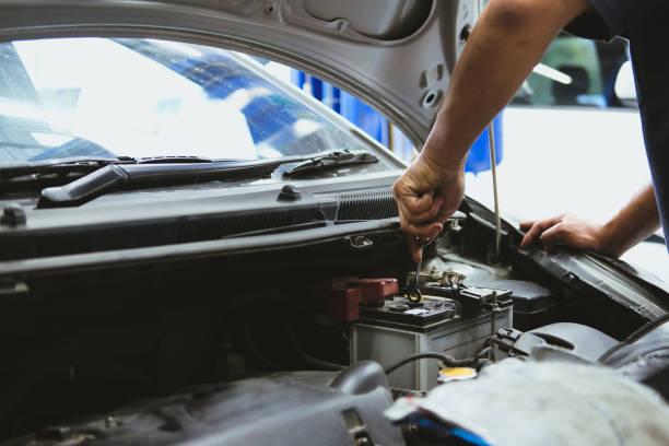 Mechaniker öffnen schließen Überprüfung Autobatterie in Kfz-Reparatur-service – Foto