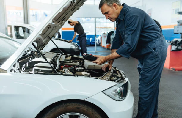 lesen die fehlercodes mit diagnosegerät mechaniker - autowerkstatt stock-fotos und bilder