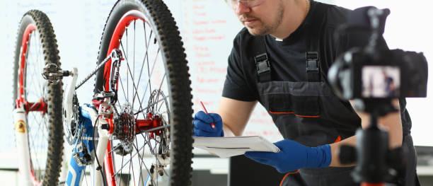mechanische reparaturen bertzyklus im sport store - do it yourself videos stock-fotos und bilder