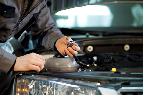 Mechaniker Replaceing Scheinwerfer Glühbirne – Foto