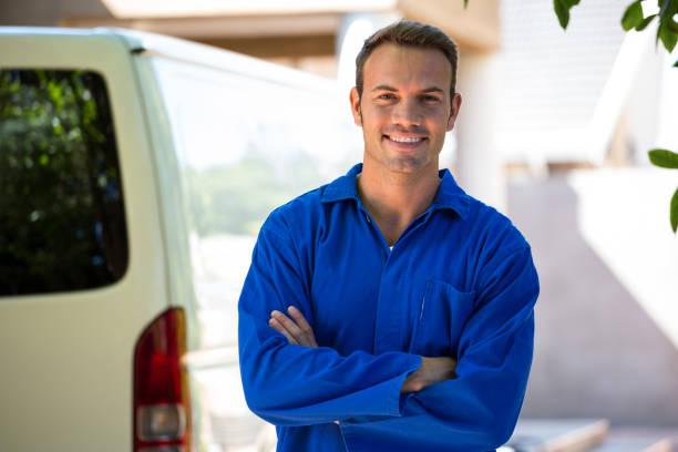 Mécanicien debout près de sa voiture - Photo