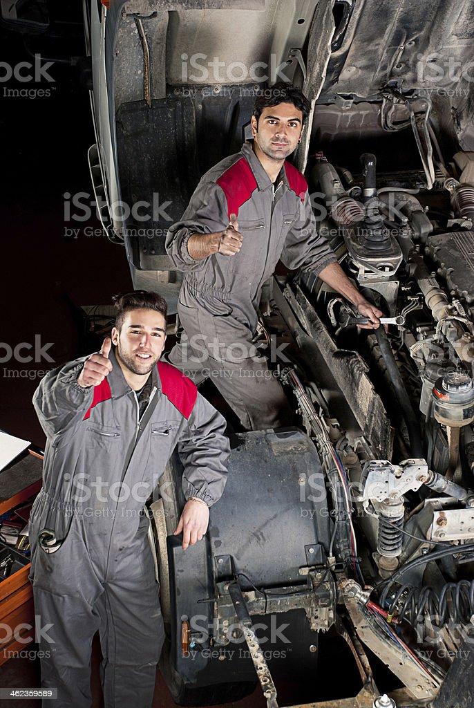 Mechaniker Teamarbeit Daumen hoch. – Foto