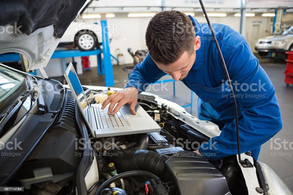 Mechaniker mit laptop auf dem – Foto